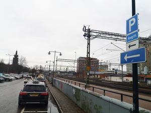 Sträckan längsmed tågspåren där taxibilarna tidigare kunnat vänta in kunder är nu avgiftsbelagd och ämnad för resenärer.