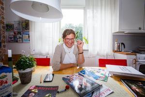 """Maria Gunnarsson med några av alla böcker och printproduktioner de har gjort i företaget. Mest känd är nog """"Det kungliga året"""", och boken om hovleverantörer. """"Kungen har skrivit förord. Han tyckte det var ett roligt projekt."""""""