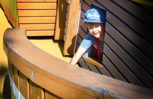 Titt ut!  Hilding Rombin från Kramfors leker i en båt