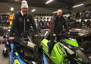 Två glada värmlänningar som redan har ett par skotrar vardera, Tony Hedberg (tv) och Tomas Hult. De åker till Mora varje år på Snöskoterns dag.