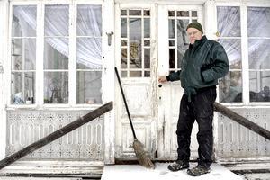 Lantbrukare Olle Nilsson i Laggarberg är minst sagt oroad över hur olika bekymmer håller på att förstöra vår miljö: