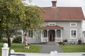 Camillas hus är verkligen drömbilden av ett gulligt hus på landet, komplett med vit grind och förstukvist med snickarglädje.
