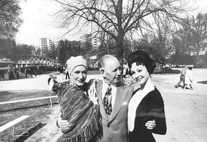 Folkparken 75 år 1974. Park-Anders (Adolv Andersson) fick en jubileumskram av Lillemor Blanc och Gunilla Thorsell som dansar i Cramérbaletten. Foto: Coje Larson/VLT:s arkiv