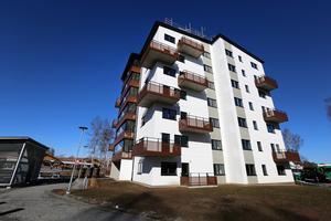 De 78 lägenheterna på Studievägen blev hyresrätter då Tunabyggen inte hittade tillräckligt många intressenter till bostadsrätterna, skriver artikelförfattarna.