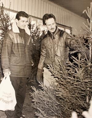Lännabon Kjell Bergqvist köper julgran av Claes Hamne, utanför Flygfyren 1990. Claes verkar nöjd med trädet, Kjelle något mer skeptisk. Det kan också vara så att Bergqvists min beror på att NT:s utsände Grethel Hjuberger inte kände igen honom. Han var i vart fall fortfarande lite förnärmad över det fyra år senare, när Hjuberger var hemma hos honom för att intervjua hans dåvarande fru, skönhetsdrottningen Yvonne Ryding. Foto: Grethel Hjuberger