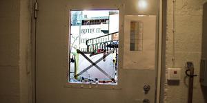 Tjuvarna hade efter att de knackat rutan till en av källardörrarna gått igenom flera dörrar varav två var låsta.