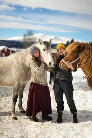 Både Klara och Maria har lång erfarenhet av hästar. Maria fick sin första häst när hon var fem år och Klara har haft häst sen hon var tio år.