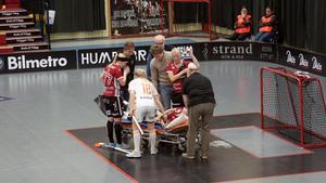 Iksus Maja Viström klappar om Kais Malin Andréason efter att en kollision dem emellan orsakade en knäskada för Morastjärnan.