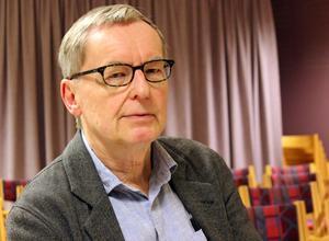 Akademiledamoten och litteraturprofessorn Anders Olsson är bekymrad är bekymrad över den svenska poesins framtid.