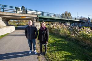 Magnus Eriksson, enhetschef park och gata, och Eva Jonsson, verksamhetschef park och gata, vid Skebäcksbron, som stängs av för ombyggnationer vecka 44.