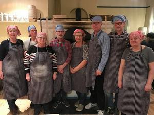 LRF-gänget njöt en kväll i bagarstugan i Långhed. De bakade mycket gott bröd. Både mjukt och hårt.