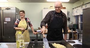 Sandra Söderqvist och Gunnar Eriksson ingår i ett av kollektivhusets fyra matlag.