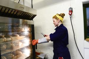 Matbrödets innertemperatur mäts för att det ska bli perfekt gräddat.