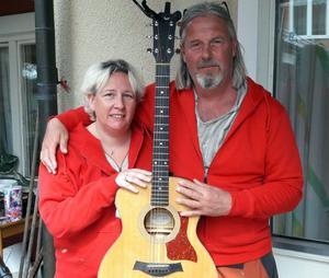 Erika Svedberg och Rune Westlund spelade och sjöng på Hedegården när det var kolbullefest. Foto: Siw Fladvad.