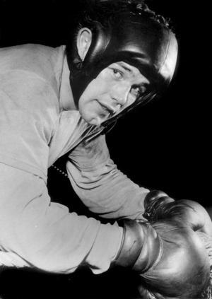 Ingmar Johansson i boxarhandskar 1952. Arkivbild