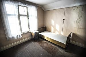 En enkel bädd är det enda som finns kvar i detta rum.