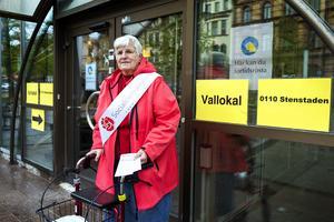 Kerstin Nylander trotsade kylan och delade ut valsedlar utanför Kulturmagasinet.