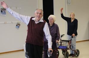 Hört talas om rollatordans? Sören och Ruth Lagergren deltar med liv och lust i Väntjänstens aktiviteter.