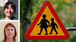 Miljöpartiets Sara Bronner (överst)och Maria Sääf, skriver om trafikmiljön runt skolorna i Örebro. Den är ofta stökig Inte minst då barn skjutsas till skolan  på morgonen. En bilfri zon skulle lösa många problem.