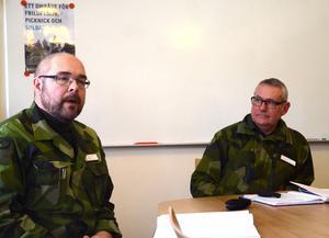 Major Patrik Warström och regementschefen i Falun Mikael Lundin informerar om skjutövningar på övningsfältet i Falun.