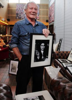 Villy Holmberg ställer ut sina svartvita fotografier på Söråkers Folkets hus.