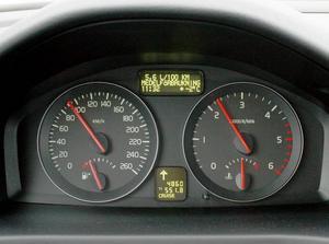 Instrumenteringen i den miljöklassade V50 har fått en ny funktion, grön pil tänds när det är dags att växla upp, grön pil när lägre växel behövs för att körningen ska vara ekonomisk.