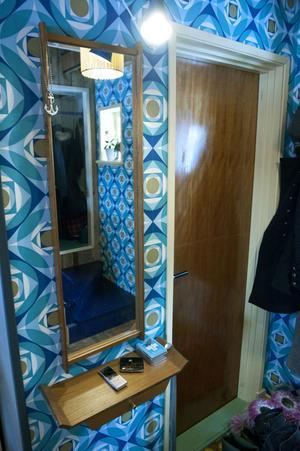 Spegeln kommer från farmors sovrum och vägghyllan hittade Sara på en loppis vid koloniområdet någon kilometer från Övre Glamsarvet. Toalettdörren hittade Sara på höskullen hemma på gården.