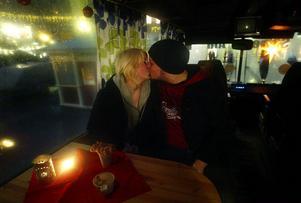 Emma Tjärnlund och Emil Sorionen tinade upp i Street Aids varma buss och det blev en adventspuss.