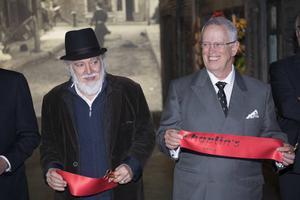 Charlie Chaplins söner Michael Chaplin, till vänster, och Eugene Chaplin närvarar vid Chaplinmuseets invigning.