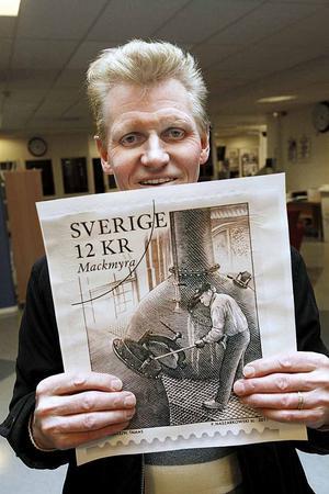 """DET ÄR HAN. I mars 2011 träffade Arbetarbladet 63-årige Tommy Jansson som blev avbildad på ett av Postens frimärken på tema bruksmiljöer. """"Nu förstår jag att det är sant. Jag trodde först det var ett skämt"""", sa han då."""