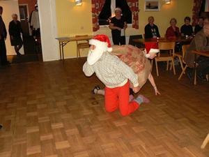 Tomten och tomtenissarna kommer krypande med julklappssäcken. Bild: Erwin Rotter.