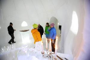 Under de senaste tre veckorna har det varit full aktivitet vid igloobygget. Med hjälp av snö, och framför allt igloobyggaren Tord Lundqvist från Mordviken har man byggt en fyrarummare.
