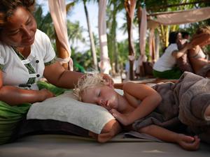 När man får massage på stranden är det lätt att man slumrar till.