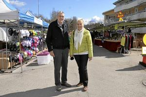 Marknadsbesökare. Kenneth Bengtsson och Eivor Bengtsson från Hallsberg, brukar besöka olika marknader. De handlar inte så mycket, utan de åker dit för att träffa vänner och bekanta. Foto: Tove Svensson