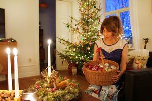 Maja Holmström designar egna julkulor med Hudikmotiv. De brukar vara omtyckta julklappar.