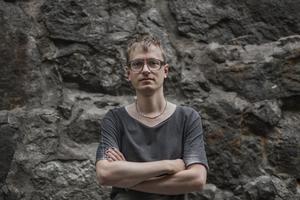 Det finns ingen angiven gräns mellan det höga och det låga i Malte Perssons författarskap.Foto: Sofia Runarsdotter