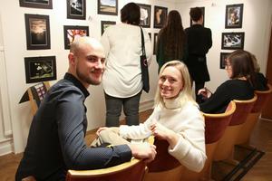 Julia Lindhagen från Örebro ställde ut för allra första gången i Hasselfors. Det var lite nervöst men hon fick stöd från Robin Wallin.