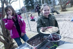 På skolgården bjöds eleverna på samisk mat, pinnbröd, renskav och lingonsylt. Victoria Hedström som visar upp sin mat tyckte maten var jättegod.