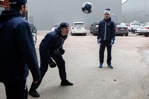 Calle Själin och Lucas Nordsäter, en annan av de unga backarna i Leksand, värmer upp med boll inför Leksand–Växjö den 12 oktober. Foto: Daniel Eriksson/Bildbyrån
