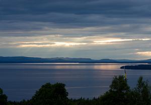 Solnedgång över Siljan där den största ön är Sollerön.Foto: Henrik Montgomery