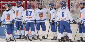 Bollnässpelaren Ville Aaltonen, i mitten, är lagkapten i Finland. Foto: Rikard Bäckman / Bandypuls.se / TT