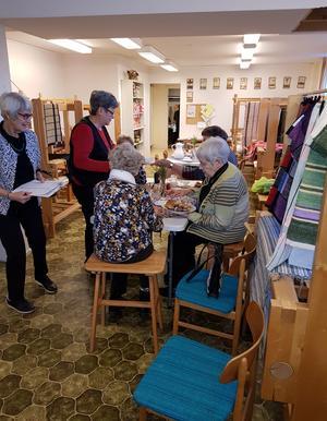 Från vänster Yvonne med lotteriförsäljning och Ulla som serverade kaffe till besökare.