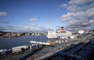 Färjetrafiken måste tryggas för att Sveriges befolkning ska ha tillgång till mat och mediciner, skriver artikelförfattarna.