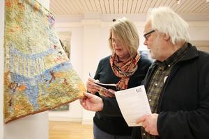 Marita Olsson Bluum noterar att Lasse Schjeldrup vill köpa väven som har namnet Kökssoffan minns. Hans fru Eva är förtjust i den.