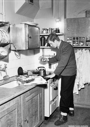 1945. Kaffekokning i köket på Storgatan 23, Örebro. Bildkälla: Örebro stadsarkiv/Eric Sjöqvist.