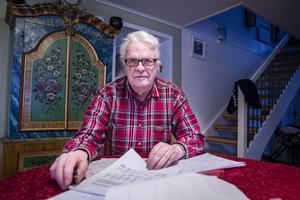 Hemma hos före detta länsrådet Uno Svaleryd som går igenom Jämtkrafts årsredovisning och efterlyser en ny elnätstaxa.