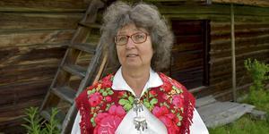Karin Zetterqvist framför lofthärbret från 1500-talet, Holsåker, Dala-Floda.