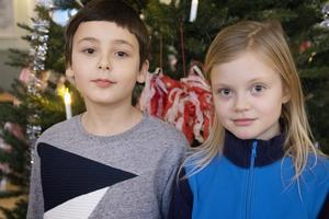 Melvin Sundin och Liv Fröjd hade tänkt åka och bada men hamnade på julgransplundring i stället, och var riktigt nöjda.