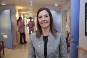 Vi ska analysera vad sjukfrånvaron grundar sig i, säger vård-och omsorgschefen Eva Björsland. Bland annat ska man undersöka om sjukfrånvaro kan ha koppling till otrivsel på jobbet eller den anställdes hemsituation.