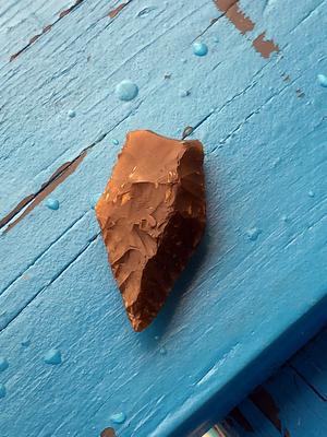 Foto: Privat. En pilspets från yngre stenåldern hittades på stranden i Leksand sommarland.